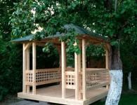 Украсить участок поможет привлекательная деревянная беседка
