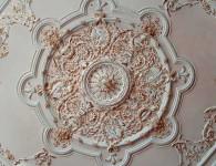 Как украсить потолок лепниной