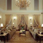 Величественный и уютный интерьер гостиной в классическом стиле