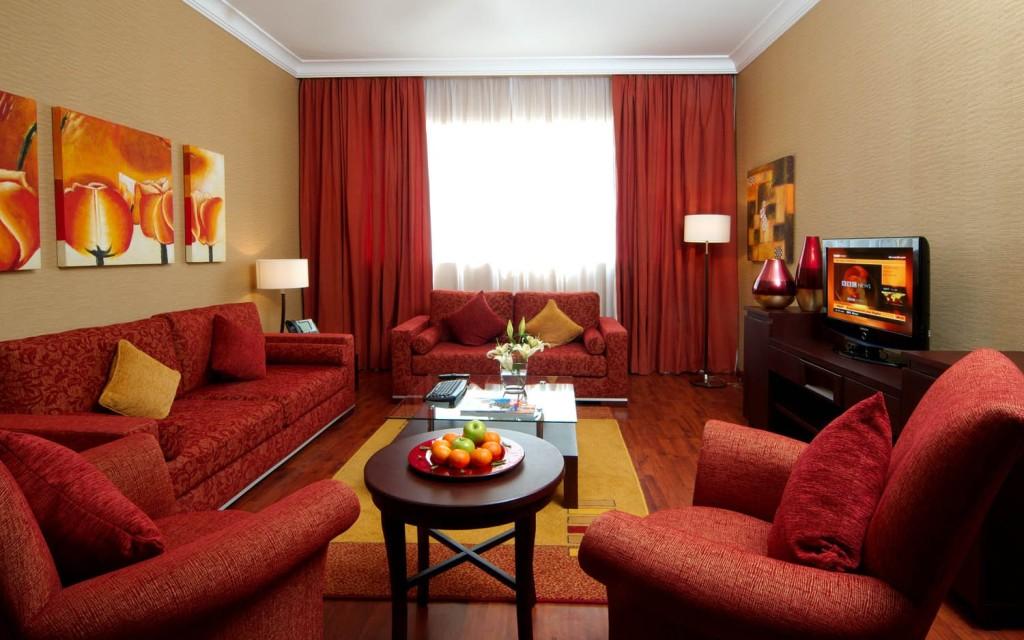 Правильное сочетание мебели, штор и элементов декора в интерьере гостиной