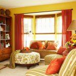 Красные шторы в желтой гостиной