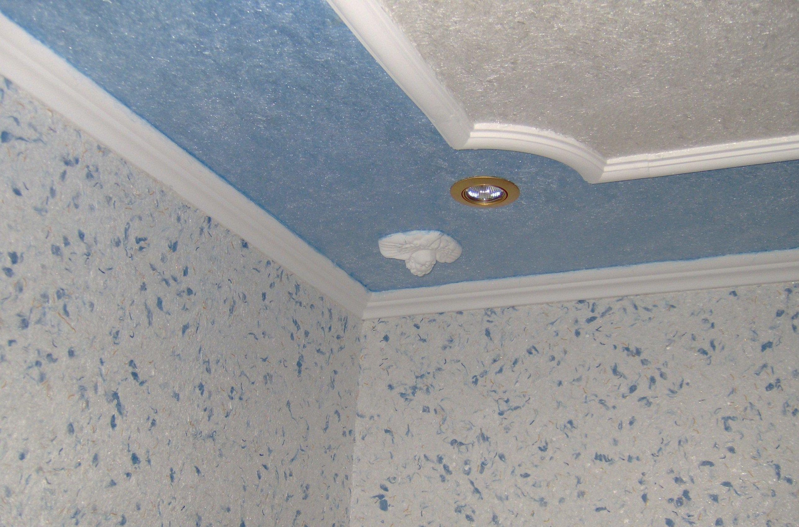 Потолок, обклеенный флизелиновыми обоями