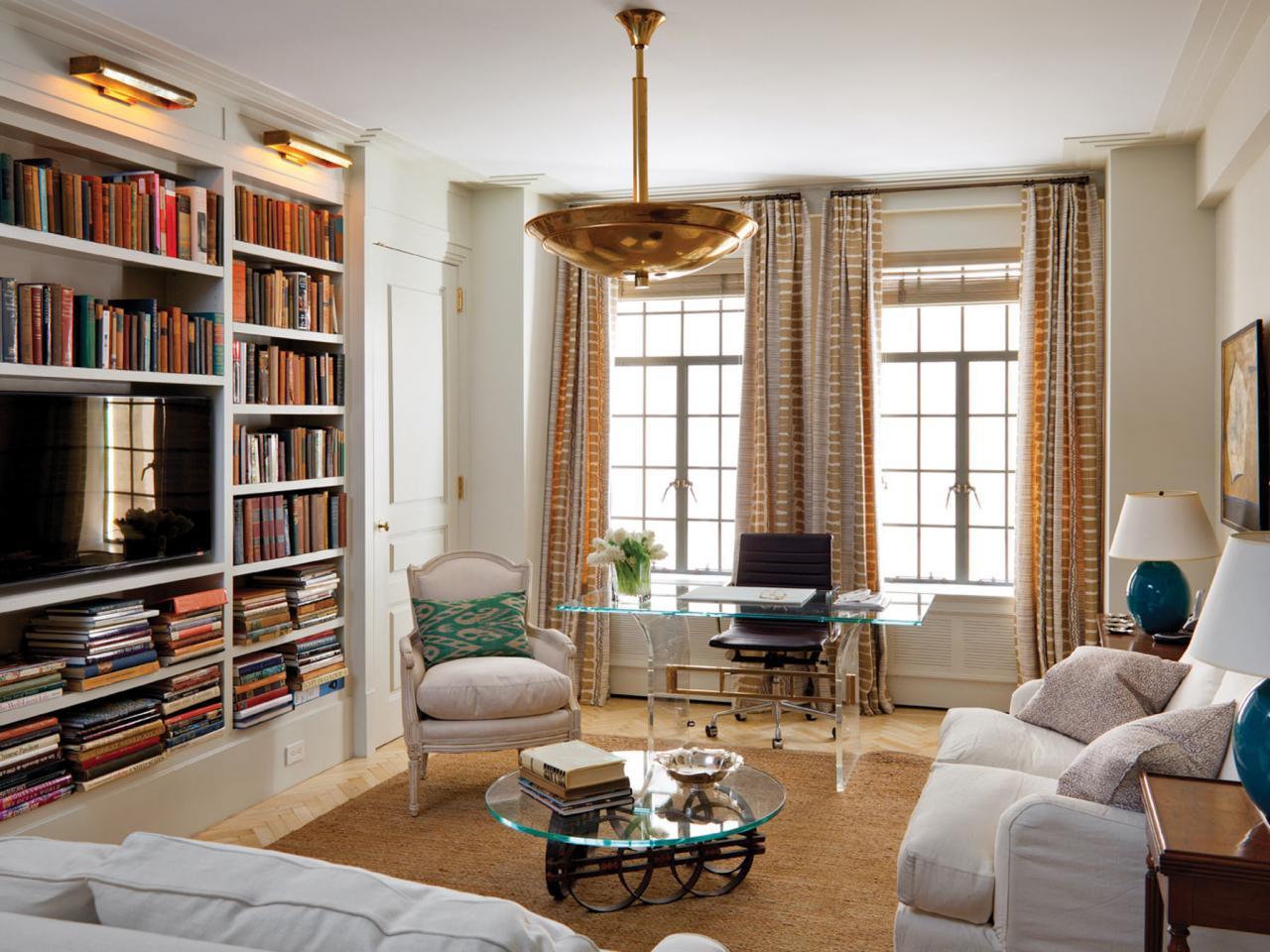 Гостиная в классическом стиле с домашней библиотекой