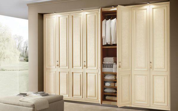 Гардеробный шкаф в гостиной