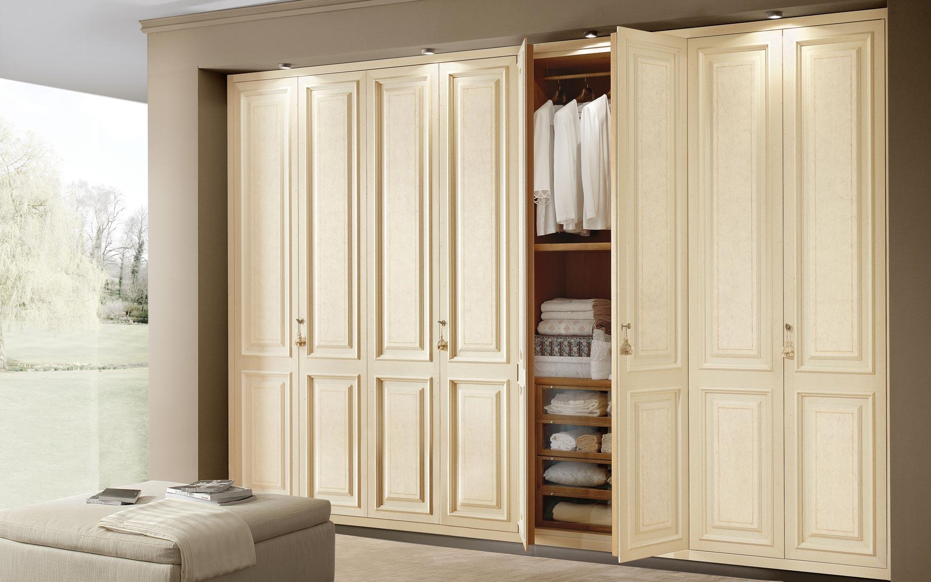 Шкафы распашные для одежды, плюсы и минусы, как вписать в ин.