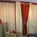 Шторы для гостиной - сочетание красного и бежевого