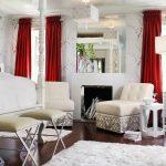Красные шторы в маленькой белой гостиной