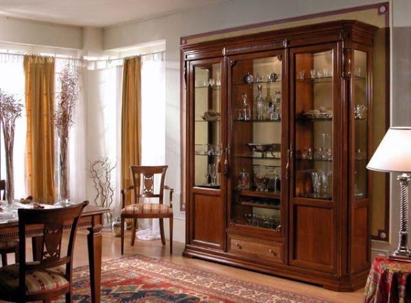 Шкаф для посуды в гостиную в классическом стиле