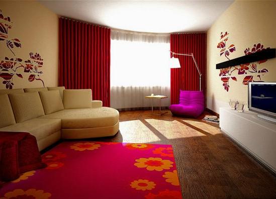 Красные шторы в бежевой гостиной