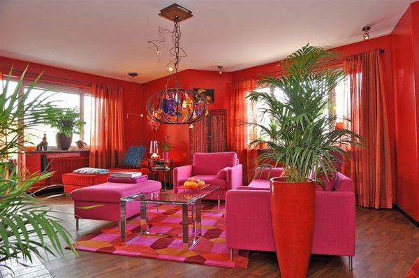 Шторы из органзы в интерьере красной гостиной