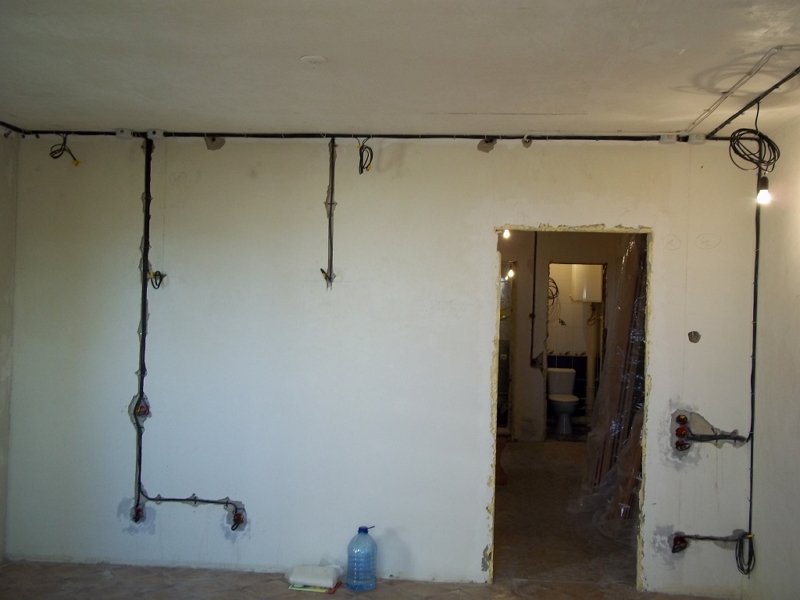 Монтаж электропроводки в комнате
