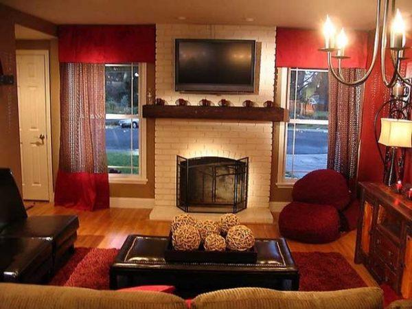 Ярко-красные шторы создают необычный колорит
