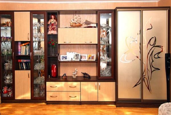 Шкаф купе со стеклянными дверями в гостиной.