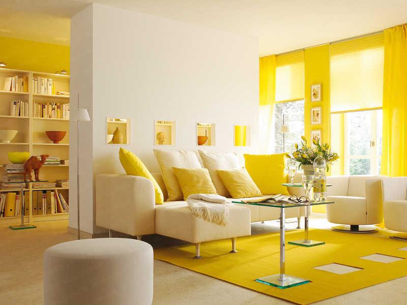 Желтый цвет в интерьере гостиной