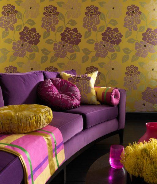 Сочетание фиолетового дивана и желтых обоев