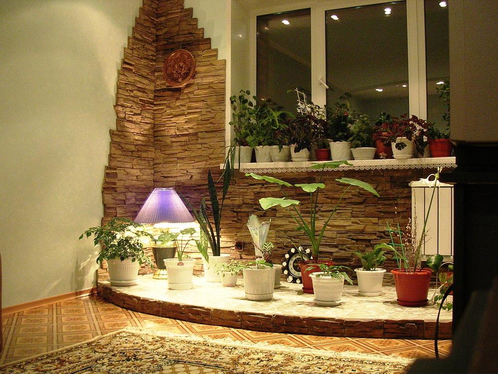 Угол в гостиной, отделанный камнем