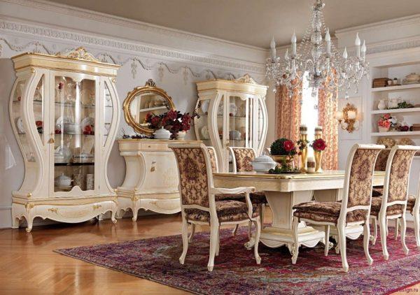 Итальянская мебель, украшенная резьбой