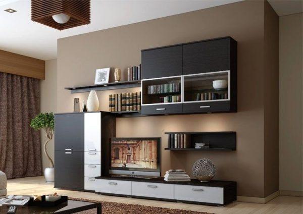 Интересное сочетание навесных шкафов и открытых полок