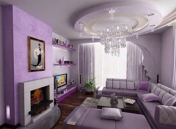 Классический дизайн гостиной с фиолетовым диваном