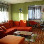 Красный диван зеленые стены в интерьере