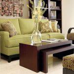 Отличное сочетание фисташкового дивана и темной мебели
