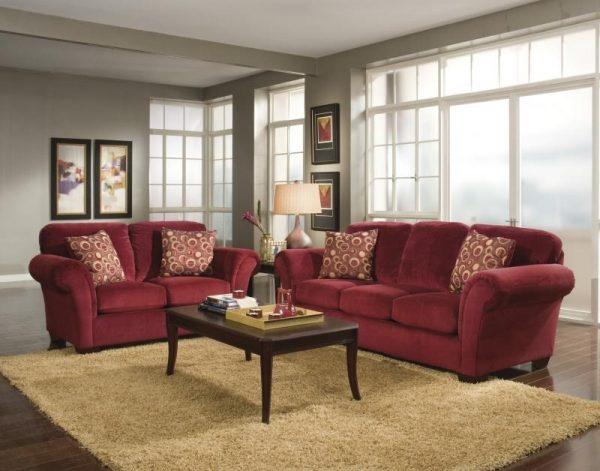 Бордовый диван в классическом интерьере гостиной