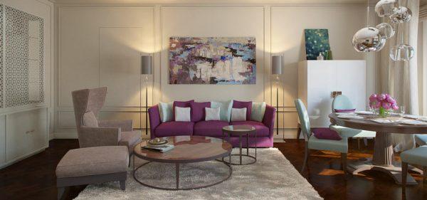 Фиолетовый диван в бежевом интерьере