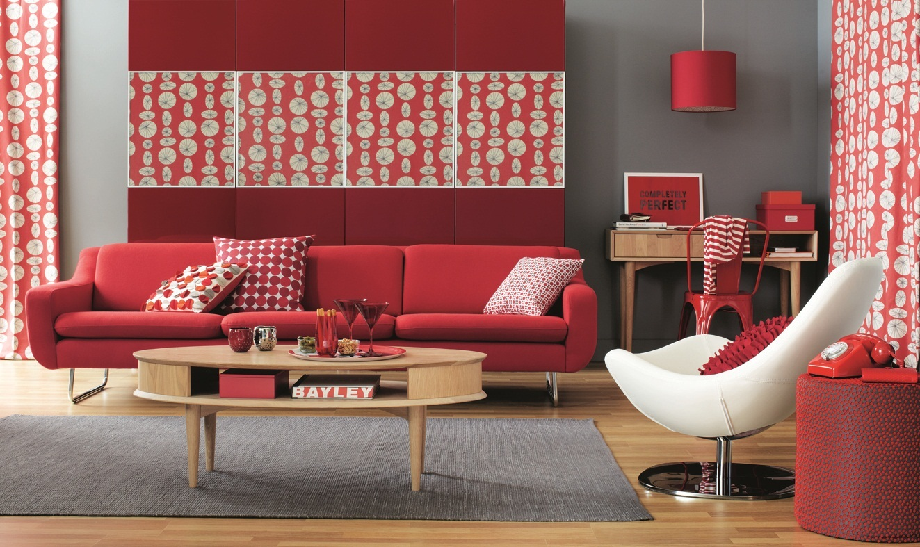 Ярко алый диван в интерьере