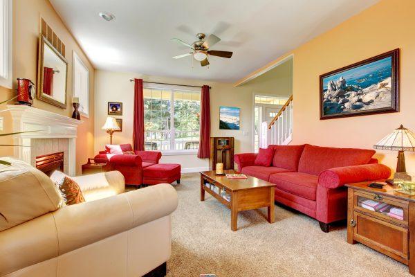 Яркая мебель в бежевой гостиной