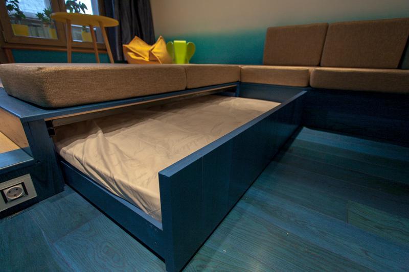 Под подиумом — выдвижная кровать