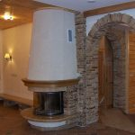 Облицовка дверных проемов искусственным камнем в гостиной