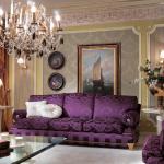 Фиолетовый диван для гостиной в классическом стиле