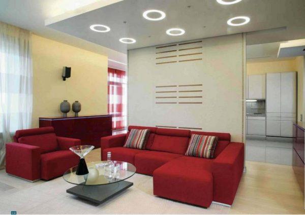 Дизайн интерьера с красным диваном