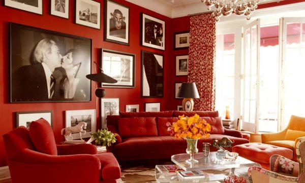 Красивый интерьер красной гостиной