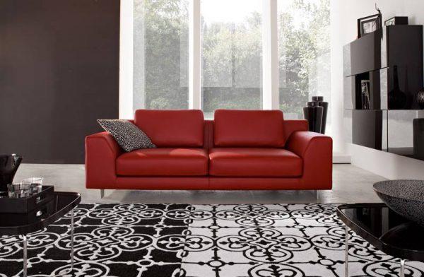 Алый диван в гостиной цвета шоколад