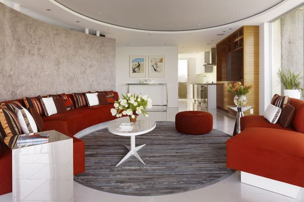 Большой диван кирпичного цвета