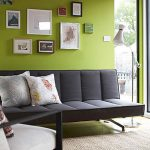 Зеленая гостиная с черной мебелью