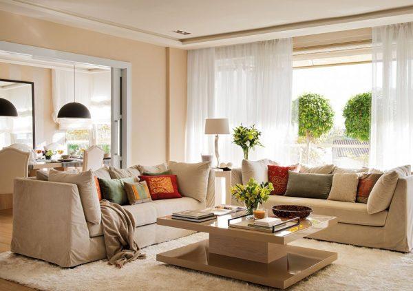 Бежево-белый интерьер гостиной с яркими акцентами