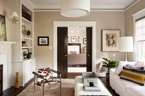 Сочетание бежевого, белого и коричневого цвета в интерьере гостиной