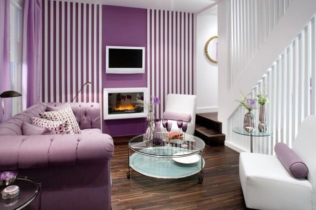 Фиалковый диван в гостиной