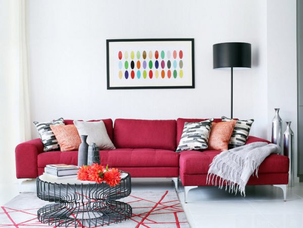 Красный диван в светлой гостиной