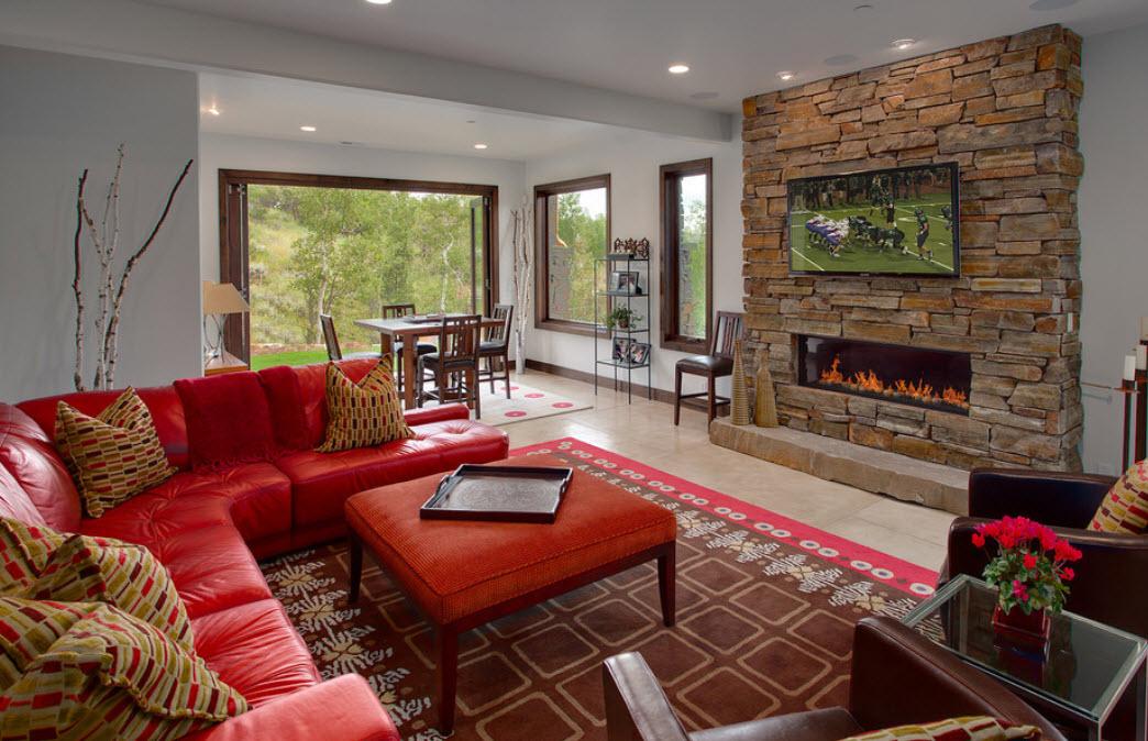 Угловой диван в гостиной с камином