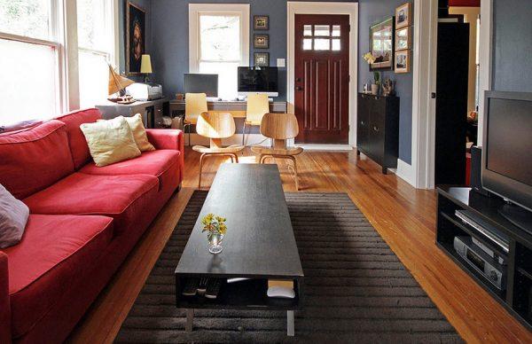 Современная гостиная с красным диваном