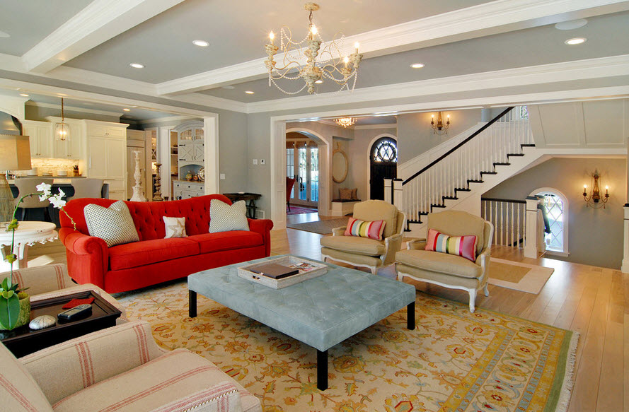 Роскошная гостиная с алым диваном