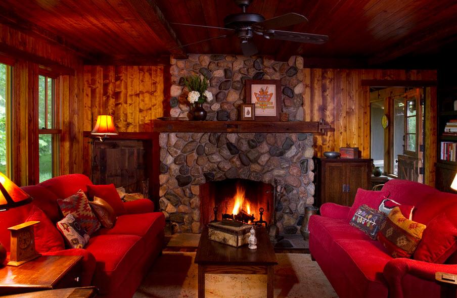 Малиновый диван в гостиной, отделанной деревом