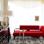Небольшой алый диван в классической гостиной