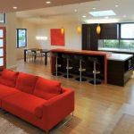 Диван кирпичного цвета в гостиной-кухне