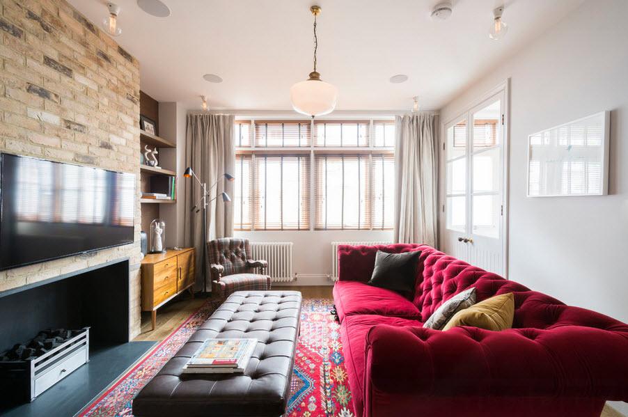Огромный красный диван с бархатной обивкой