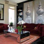 Роскошный диван гранатового цвета в интерьере гостиной