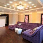 Фиалковый диван в гостиной в стиле минимализм